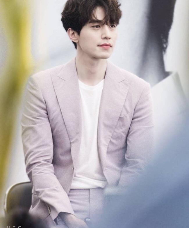 """""""Thần chết"""" Lee Dong Wook lại """"gây bão"""" với hình ảnh điển trai năm 18 tuổi, nhưng bất ngờ nhất là khi so sánh với nhan sắc hiện tại - Ảnh 4."""
