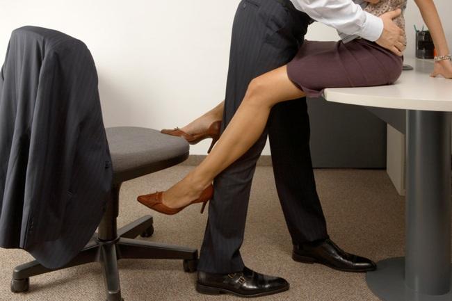 """Yêu và làm """"chuyện ấy"""" với sếp nữ ngay tại văn phòng, chàng công sở liền phát hiện sự thật bất ngờ đằng sau - Ảnh 1."""