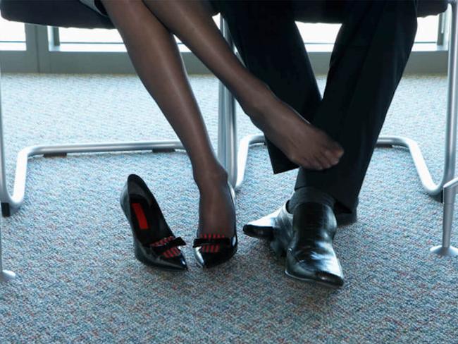 """Yêu và làm """"chuyện ấy"""" với sếp nữ ngay tại văn phòng, chàng công sở liền phát hiện sự thật bất ngờ đằng sau - Ảnh 2."""