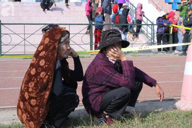 Trực tiếp phiên tòa xử 9 bị cáo vụ sát hại nữ sinh giao gà ở Điện Biên: Người dân đội nắng đứng xem phiên xét xử - Ảnh 1.