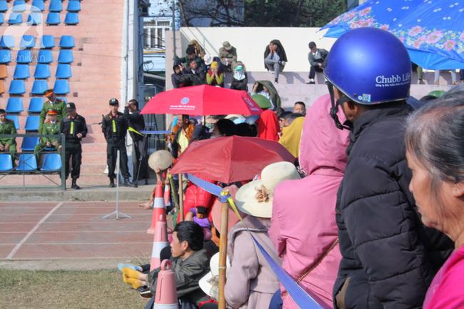 Trực tiếp phiên tòa xử 9 bị cáo vụ sát hại nữ sinh giao gà ở Điện Biên: Người dân đội nắng đứng xem phiên xét xử - Ảnh 2.