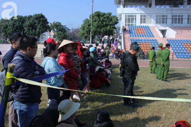 Trực tiếp phiên tòa xử 9 bị cáo vụ sát hại nữ sinh giao gà ở Điện Biên: Người dân đội nắng đứng xem phiên xét xử - Ảnh 3.