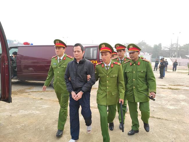 Trực tiếp phiên tòa xử 9 bị cáo vụ sát hại nữ sinh giao gà ở Điện Biên: Các bị cáo lần lượt khai nhận hành vi man rợ của mình - Ảnh 1.