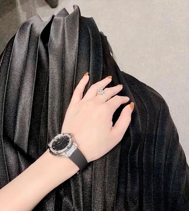 Một mình nuôi con suốt mấy năm trời, Ly Kute vẫn dư sức tậu cả tá hàng hiệu và mới đây là chiếc đồng hồ có giá nửa tỷ - Ảnh 3.