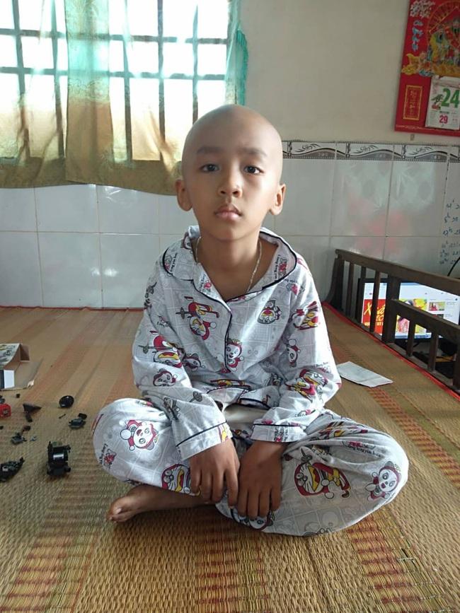 Nghỉ học để xạ trị ung thư, cậu học trò lớp 2 lưu luyến chụp tấm hình kỷ niệm với thầy và các bạn trước khi vào bệnh viện - Ảnh 2.