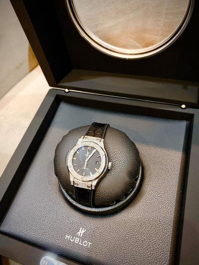Một mình nuôi con suốt mấy năm trời, Ly Kute vẫn dư sức tậu cả tá hàng hiệu và mới đây là chiếc đồng hồ có giá nửa tỷ - Ảnh 2.
