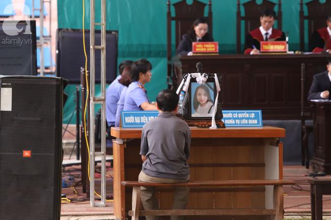 Xét xử ngày thứ 2 vụ nữ sinh giao gà Điện Biên bị sát hại: Người thân mang di ảnh Cao Mỹ Duyên đến tòa - Ảnh 1.