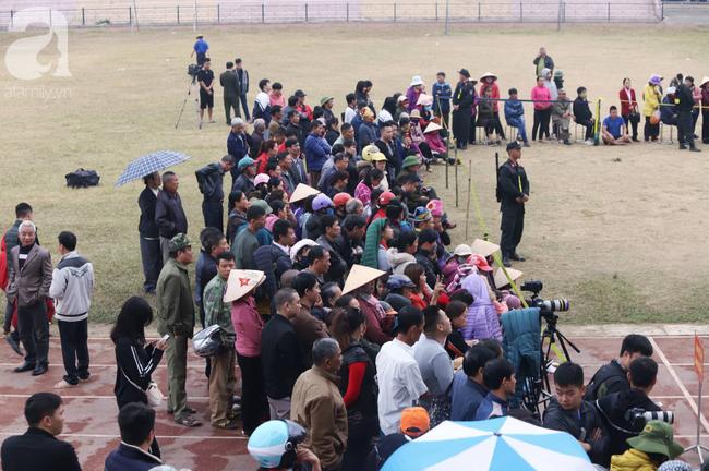 Clip: Người dân vỗ tay liên tục khi VKS đề nghị tử hình 6 kẻ hiếp dâm, sát hại nữ sinh giao gà ở Điện Biên - Ảnh 1.