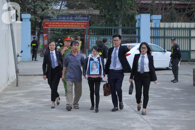 Vụ nữ sinh giao gà bị hiếp, giết ở Điện Biên: Người thân Cao Mỹ Duyên mang di ảnh đến tòa - Ảnh 4.