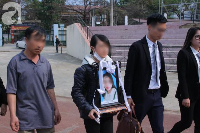 Vụ nữ sinh giao gà bị hiếp, giết ở Điện Biên: Người thân Cao Mỹ Duyên mang di ảnh đến tòa - Ảnh 3.