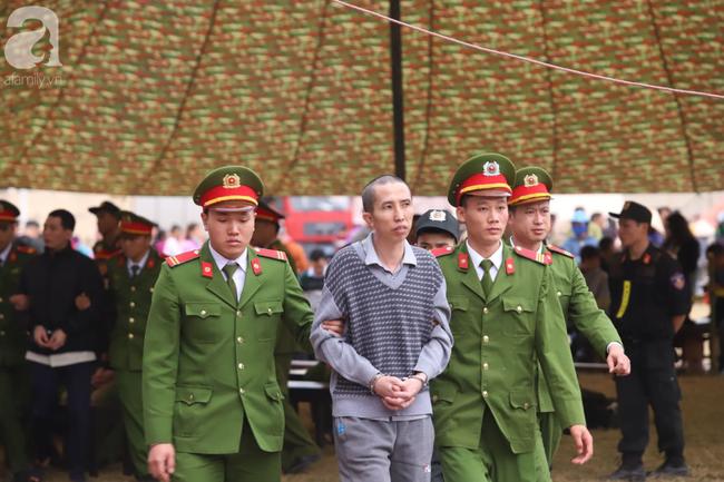 Xét xử ngày thứ 2 vụ nữ sinh giao gà Điện Biên bị sát hại: Bùi Văn Công tiếp tục kêu oan khi nói lời sau cùng, chị gái Cao Mỹ Duyên ôm di ảnh gục khóc - Ảnh 3.