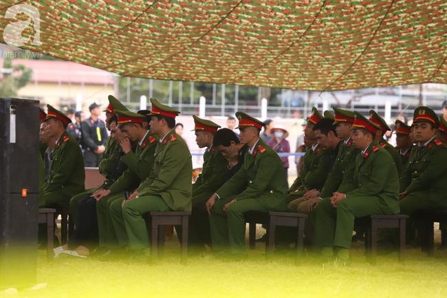 Xét xử ngày thứ 2 vụ nữ sinh giao gà Điện Biên bị sát hại: Bùi Văn Công tiếp tục kêu oan khi nói lời sau cùng, chị gái Cao Mỹ Duyên ôm di ảnh gục khóc - Ảnh 7.