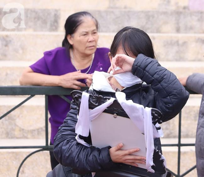 Xét xử ngày thứ 2 vụ nữ sinh giao gà Điện Biên bị sát hại: Bùi Văn Công tiếp tục kêu oan khi nói lời sau cùng, chị gái Cao Mỹ Duyên ôm di ảnh gục khóc - Ảnh 1.
