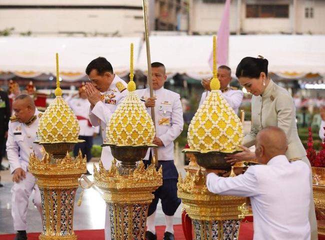 Sau khi Hoàng quý phi bị phế truất, Hoàng hậu Thái Lan ngày càng ghi điểm trước công chúng nhờ hai khoảnh khắc ý nghĩa này - Ảnh 5.