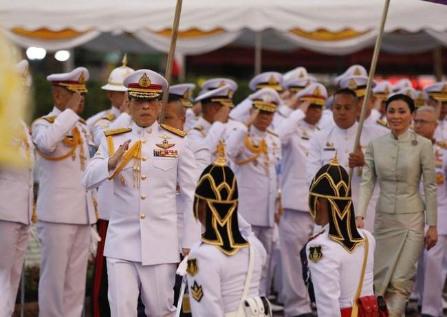 Sau khi Hoàng quý phi bị phế truất, Hoàng hậu Thái Lan ngày càng ghi điểm trước công chúng nhờ hai khoảnh khắc ý nghĩa này - Ảnh 4.