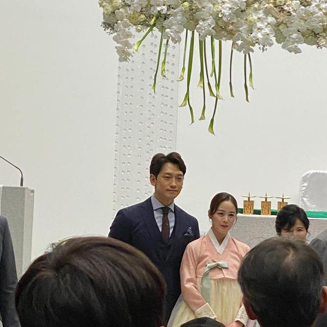 Lộ hình ảnh hiếm hoi của Bi Rain và Kim Tae Hee trong đám cưới em trai - Ảnh 2.