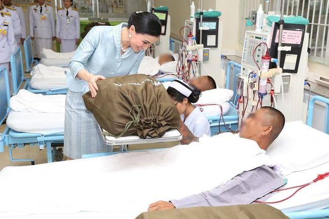 Sau khi Hoàng quý phi bị phế truất, Hoàng hậu Thái Lan ngày càng ghi điểm trước công chúng nhờ hai khoảnh khắc ý nghĩa này - Ảnh 2.