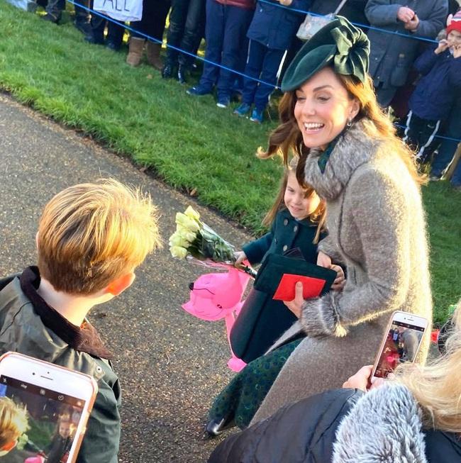 """Hé lộ tiểu """"soái ca"""" khiến Công chúa Charlotte ôm bó hoa khư khư không rời và từ chối phụ tá cầm giúp   - Ảnh 2."""