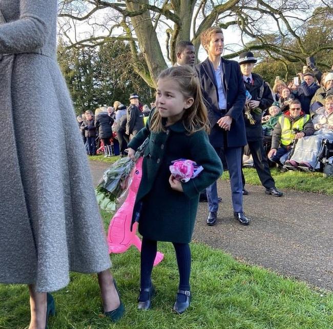 """Hé lộ tiểu """"soái ca"""" khiến Công chúa Charlotte ôm bó hoa khư khư không rời và từ chối phụ tá cầm giúp   - Ảnh 5."""