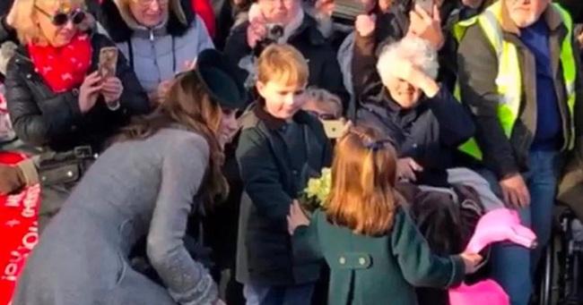 """Hé lộ tiểu """"soái ca"""" khiến Công chúa Charlotte ôm bó hoa khư khư không rời và từ chối phụ tá cầm giúp   - Ảnh 1."""