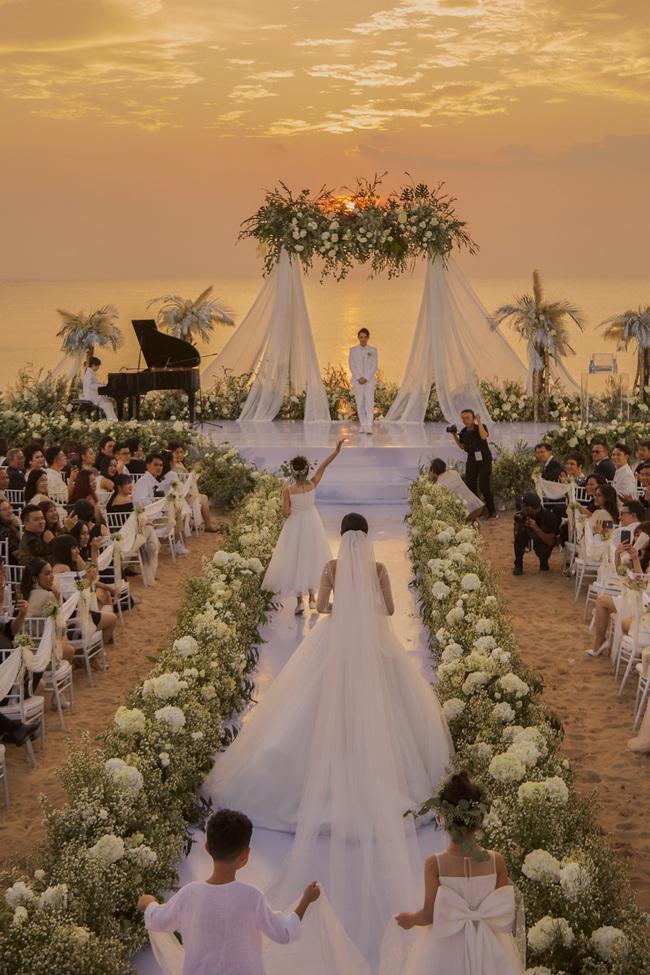 """Điểm lại """"năm hỷ"""" 2019 của showbiz Việt: Hôn lễ thế kỷ Đông Nhi - Ông Cao Thắng đã quá xa hoa nhưng những đám cưới này cũng không thua kém - Ảnh 3."""