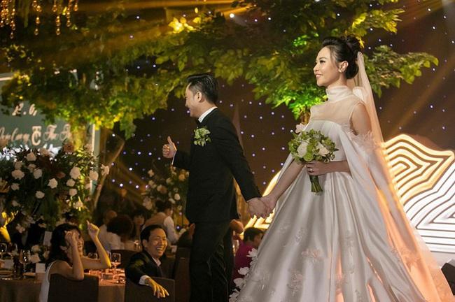 """Điểm lại """"năm hỷ"""" 2019 của showbiz Việt: Hôn lễ thế kỷ Đông Nhi - Ông Cao Thắng đã quá xa hoa nhưng những đám cưới này cũng không thua kém - Ảnh 10."""