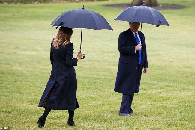 """Khoảnh khắc Tổng thống Trump """"đãng trí"""", bỏ quên vợ ở phía sau và phản ứng bất ngờ của Đệ nhất phu nhân Mỹ thu hút sự chú ý - Ảnh 3."""