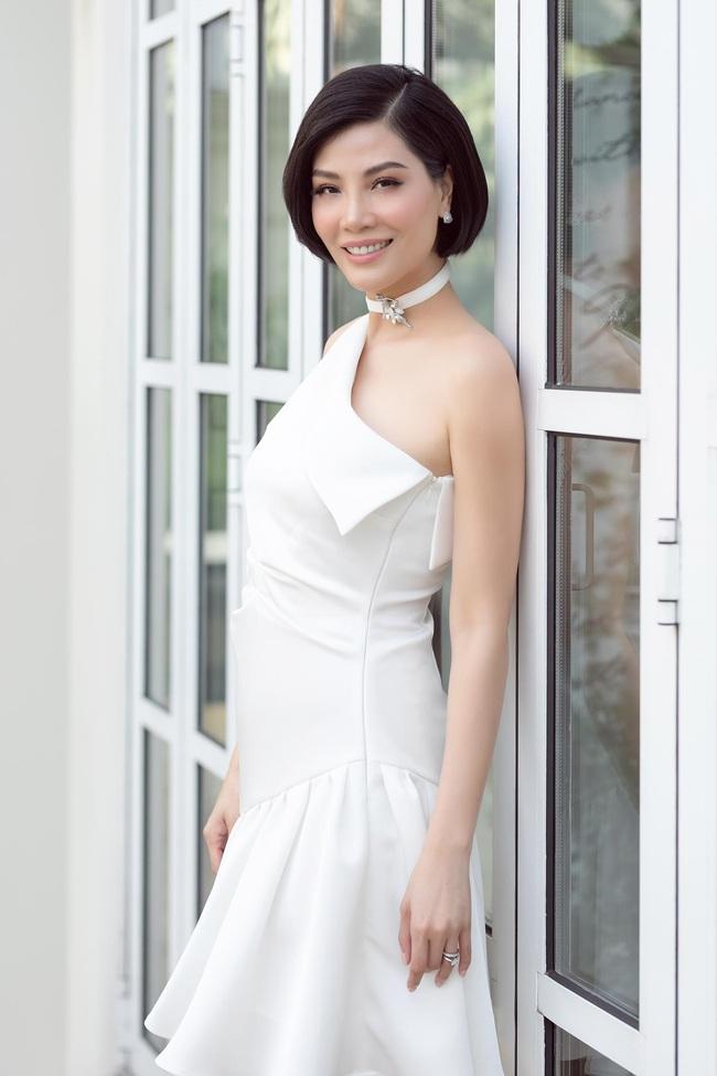 Cựu siêu mẫu Vũ Cẩm Nhung khoe eo thon, nhan sắc trẻ trung ở tuổi 43 - Ảnh 2.