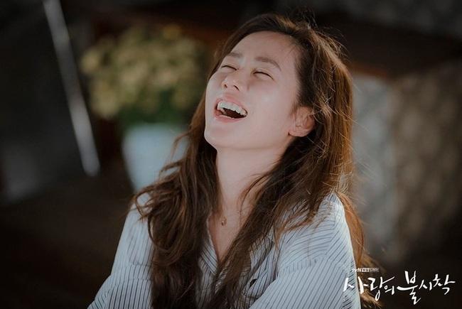 """Cách Son Ye Jin bôi serum trong """"Crash Landing On You"""" thật khiến chị em phải suy ngẫm - Ảnh 6."""