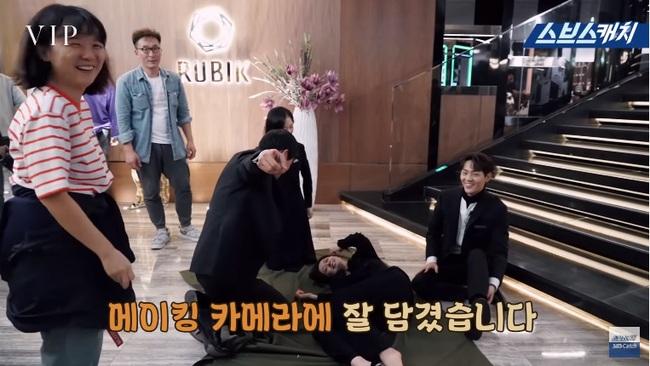 """Jang Nara thẳng chân đá Lee Sang Yoon vì đọc nhầm thoại tại hậu trường phim """"Vị khách VIP"""" - Ảnh 7."""