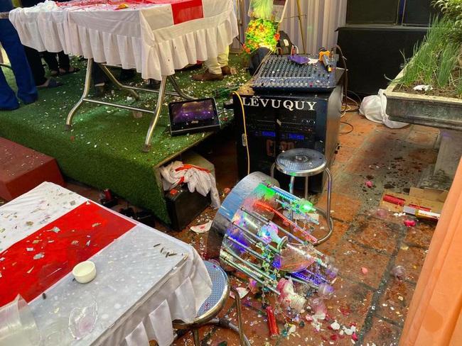 Mời bố uống rượu không được, chú rể ném bay ly, phá tan cả tháp rượu ngay trên sân khấu làm lễ khiến nhiều người hoảng hốt - Ảnh 2.