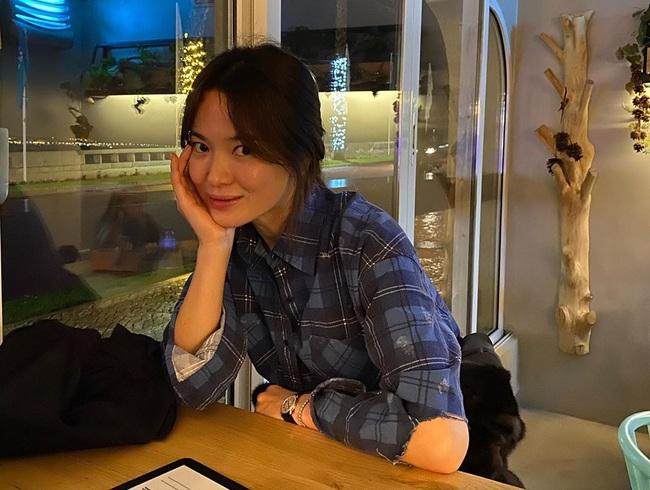 Chiếc áo sơ mi Song Hye Kyo mới mặc có liên quan mật thiết đến Song Joong Ki? - Ảnh 2.