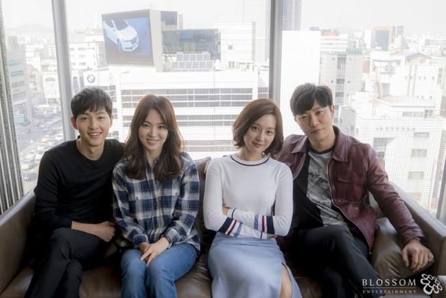 Chiếc áo sơ mi Song Hye Kyo mới mặc có liên quan mật thiết đến Song Joong Ki? - Ảnh 7.