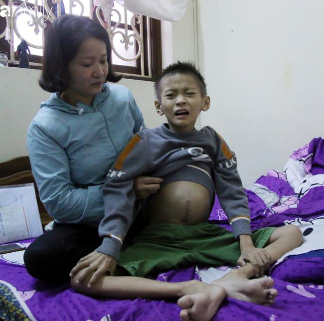 Chủ quan từ cơn đau bụng dai dẳng, cha mẹ lặng người khi con trai 9 tuổi phát hiện ung thư giai đoạn cuối   - Ảnh 1.