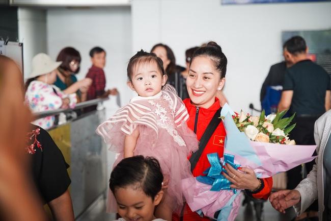Giành huy chương vàng Sea Games, Khánh Thi - Phan Hiển được nhân vật đặc biệt này chờ đợi ở sân bay để đón về nhà - Ảnh 4.