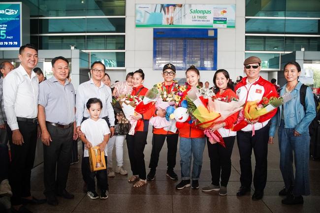 Giành huy chương vàng Sea Games, Khánh Thi - Phan Hiển được nhân vật đặc biệt này chờ đợi ở sân bay để đón về nhà - Ảnh 7.