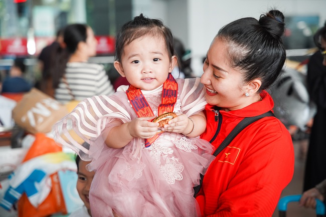 Giành huy chương vàng Sea Games, Khánh Thi - Phan Hiển được nhân vật đặc biệt này chờ đợi ở sân bay để đón về nhà - Ảnh 3.