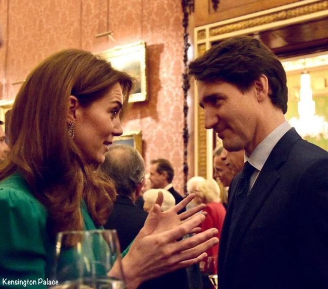 """Diện váy 30 triệu đồng, Công nương Kate """"cân"""" cả Hoàng gia Anh, đọ sắc với Đệ nhất phu nhân Mỹ  - Ảnh 8."""