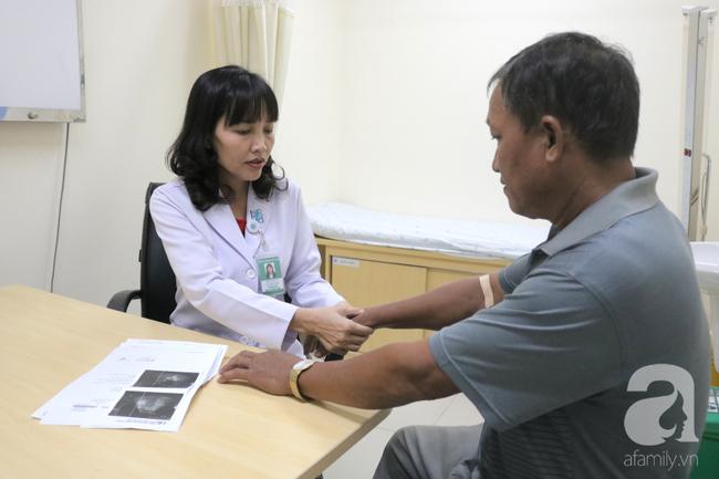 """Tự mua thuốc nam trị đau khớp, 2 năm sau người phụ nữ bị biến dạng bàn tay vì căn bệnh """"tự miễn"""" này - Ảnh 2."""