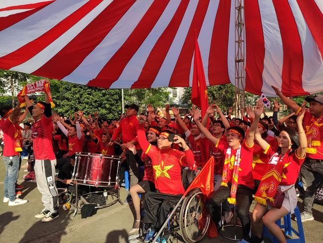 [Trực tiếp SEA Games 30] Việt Nam 0-2 Thái Lan: Thủ môn Văn Toản mắc sai lầm tai hại, Việt Nam nhận hai bàn thua sớm - Ảnh 3.