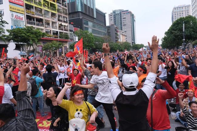 Hai pha ghi bàn của người hùng Tiến Linh giúp đội nhà hoà trên thế thắng, đội tuyển Việt Nam chính thức cầm trong tay tấm vé vào bán kết Seagame 30 - Ảnh 1.