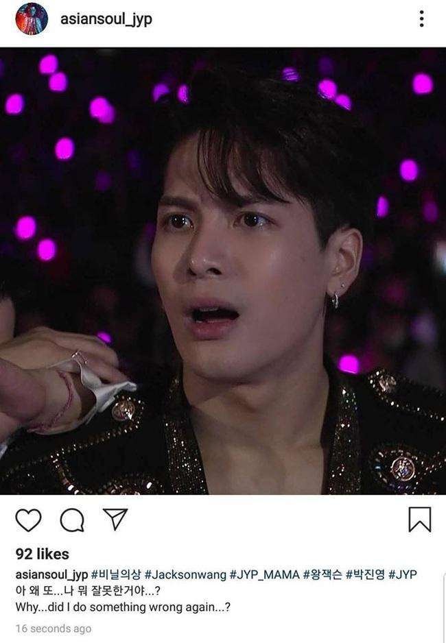 """MAMA 2019: Jackson (GOT7) đơ người khi Hwasa ngồi lên đùi Park Jin Young, sốc nhất là màn """"dằn mặt"""" của chủ tịch JYP  - Ảnh 6."""