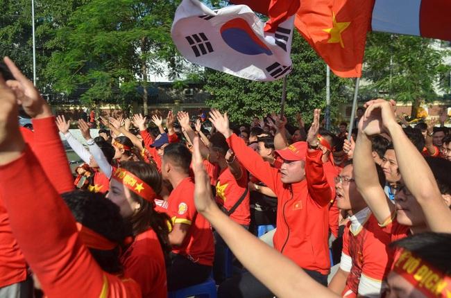 [Trực tiếp SEA Games 30] Việt Nam 1-2 Thái Lan: Tiến Linh ghi bàn đẳng cấp rút ngắn tỉ số, fan hâm mộ vỡ òa - Ảnh 2.