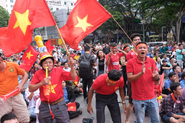 [Trực tiếp SEA Games 30] Hiệp 2 bắt đầu, U22 Việt Nam tràn lên tấn công với mong muốn san bằng tỷ số - Ảnh 10.