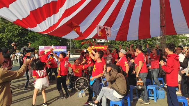 [Trực tiếp SEA Games 30] Việt Nam 1-2 Thái Lan: Tiến Linh ghi bàn đẳng cấp rút ngắn tỉ số, fan hâm mộ vỡ òa - Ảnh 1.