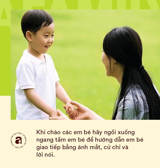 """Nhà giáo Montessori gợi ý dạy con chào hỏi đúng cách và tháo gỡ """"nỗi khổ tâm"""" của cha mẹ khi con không chịu mở lời - Ảnh 8."""