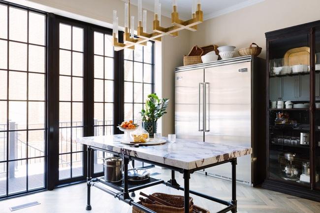 Chẳng thể ngờ chỉ với vài món phụ kiện đồng lại khiến diện mạo căn bếp trông rực rỡ hơn hẳn - Ảnh 3.