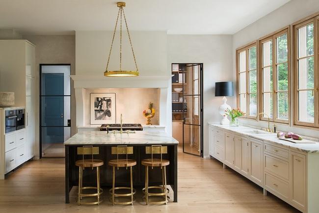 Chẳng thể ngờ chỉ với vài món phụ kiện đồng lại khiến diện mạo căn bếp trông rực rỡ hơn hẳn - Ảnh 9.