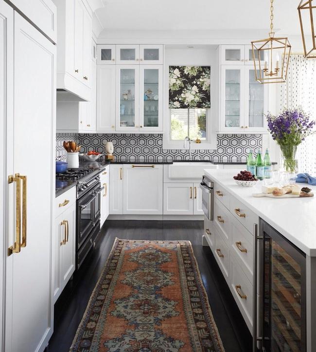 Chẳng thể ngờ chỉ với vài món phụ kiện đồng lại khiến diện mạo căn bếp trông rực rỡ hơn hẳn - Ảnh 11.