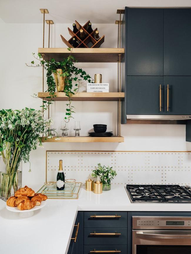 Chẳng thể ngờ chỉ với vài món phụ kiện đồng lại khiến diện mạo căn bếp trông rực rỡ hơn hẳn - Ảnh 14.